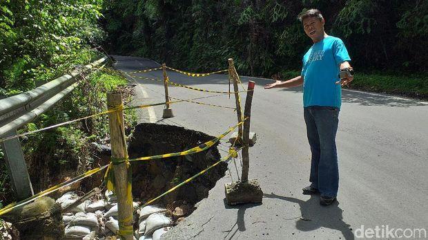Kondisi jalan amblas di Desa Simaninggir, Kecamatan Sitahuis, Kabupaten Tapteng.