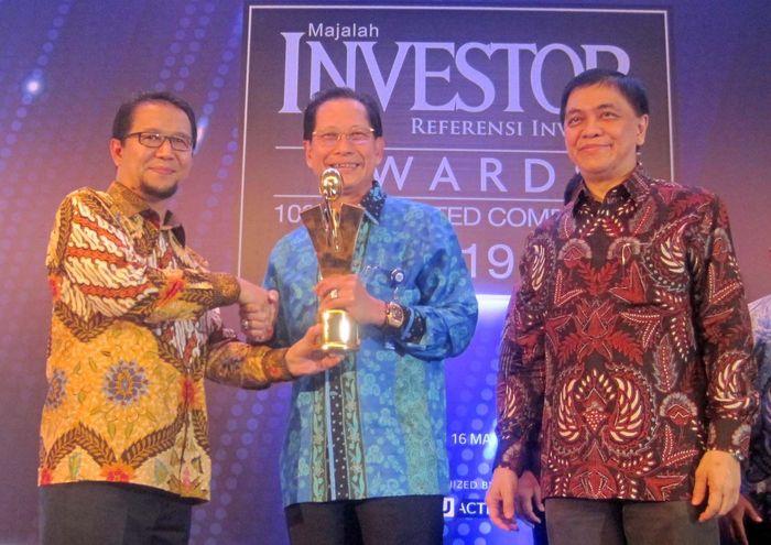 Presiden Direktur BCA Jahja Setiaatmadja (tengah) menerima penghargaan Emiten Terbaik 2019 untuk Top Performing Listed Companies 2019 kategori Kapitalisasi Pasar di atas Rp10 Triliun yang diserahkan oleh Deputi Komisioner Pengawas Pasar Modal 2A Otoritas Jasa Keuangan (OJK) Fakhri Hilmi (kiri) dalam ajang Investor Awards 2019 di Jakarta, Kamis (16/05/2019). Istimewa