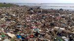 Duh Miris, Sampah Menumpuk Kotori Pantai Loji di Jawa Barat