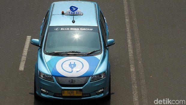 Taksi bluebird listrik saat melintas di jalan raya Jakarta