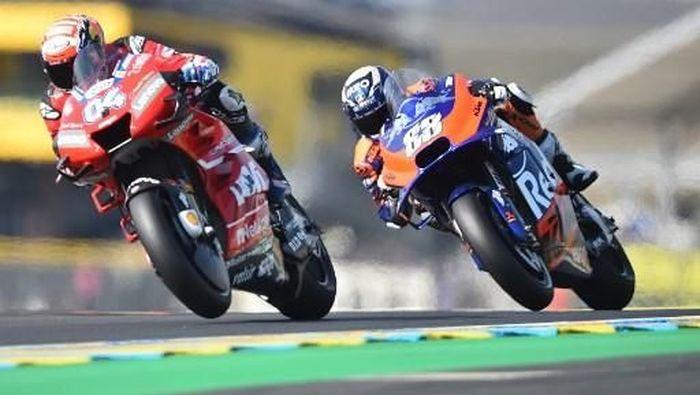 MotoGP Prancis dirundung duka setelah salah satu marshal balapannya meninggal akibat serangan jantung. (Foto: JEAN-FRANCOIS MONIER / AFP)