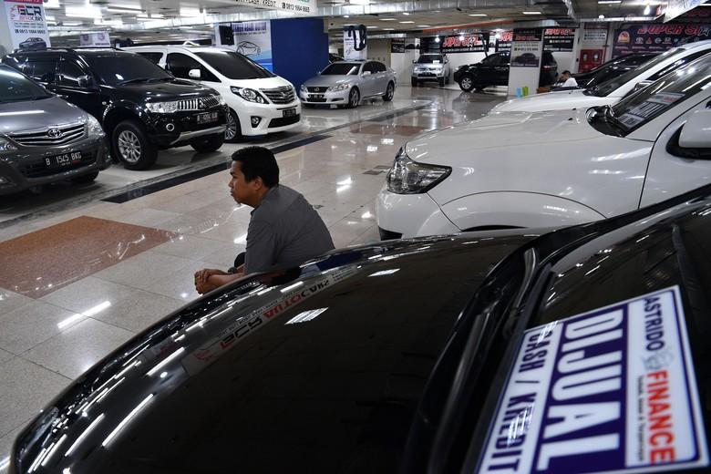 Pekerja mengecek mobil yang dijual di Bursa Mobil Bekas WTC Mangga Dua, Jakarta Utara, Jumat (17/5/2019). Manajer Pemasaran Senior WTC Mangga Dua Herjanto Kosasih menyatakan penjualan mobil bekas menjelang mudik Lebaran 1440 H meningkat 20 persen dibanding hari biasa pada bulan sebelumnya. ANTARA FOTO/Sigid Kurniawan/foc.