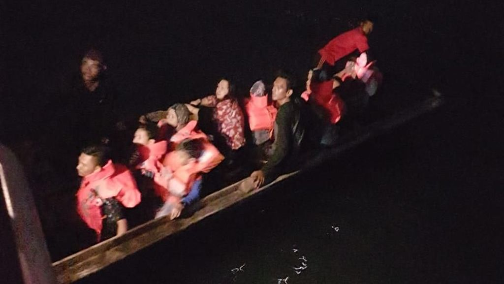 Video: Evakuasi Puluhan Penumpang Kapal yang Kandas di Batam