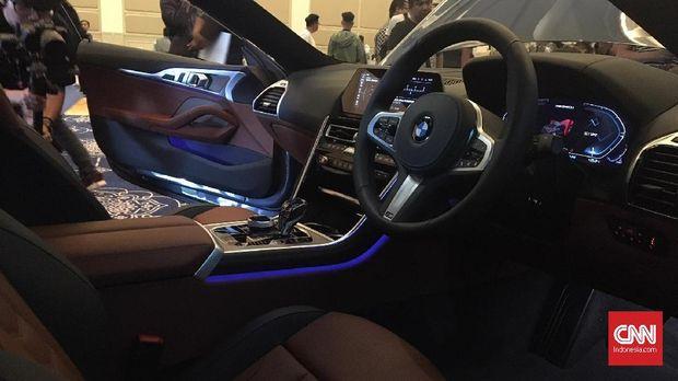 Interior BMW 8 Series dibalut kulit berkualitas.