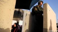 Sejumlah tentara Israel nampak bersiaga di tengah warga Palestina yang sedang melaksanakan salat Jumat di area sekitar Masjid Al-Aqsa, Jumat (17/5/2019). Raneen Sawafta/Reuters.