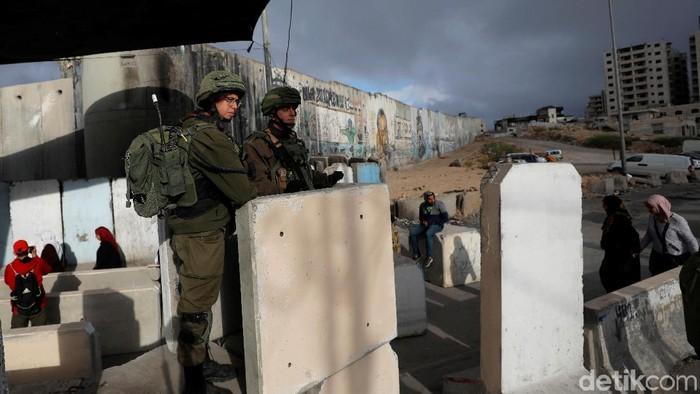 Tentara Israel bersiaga di sekitar warga Palestina yang tengah melaksanakan salat Jumat di area sekitar Masjid Al-Aqsa. Seperti apa penampakannya?