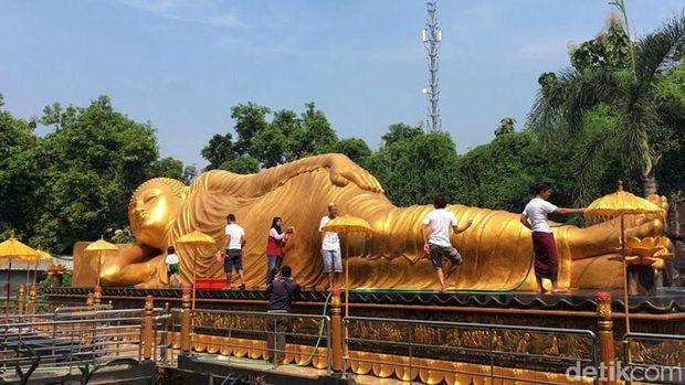Jelang Waisak umat Budha di Mojokerto mulai melakukan berbagai persiapan. Salah satunya memandikan patung Budha tidur Raksasa di Maha Vihara Mojopahit.