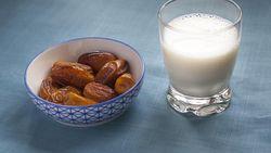 Sahur dengan Kurma Plus Susu Bisa Dapat Manfaat Sehat Ini