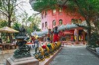 Wat Samphran berada di Provinsi Nakhon Patho, yang berjarak 40 Km dari Kota Bangkok. Vihara berwarna merah muda ini begitu mencolok. (iStock)