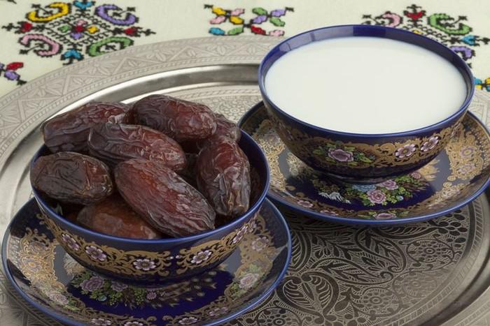 Banyak hadist yang meriwayatkan betapa Rasulullah SAW sangat gemar menyantap kurma. Beliau bahkan mengatakan kurma sebagai salah satu makanan utama yang memiliki banyak khasiat. Foto: iStock