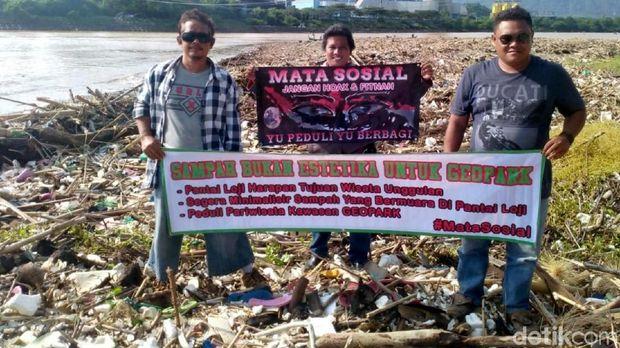 Miris, Tumpukan Sampah Kotori Pantai Loji Geopark Ciletuh Palabuhanratu