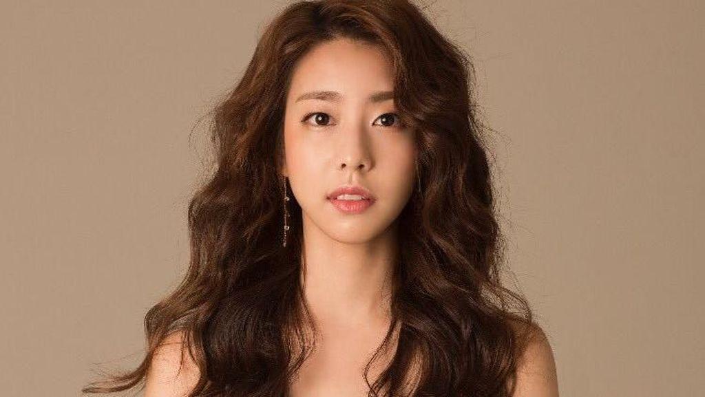 Gaya Reporter Cantik Pacar So Ji Sub yang 17 Tahun Lebih Muda