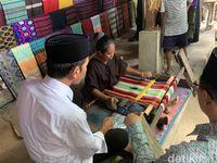 Jokowi Borong Kain Tenun Lombok dan Saksikan Tarung Peresean