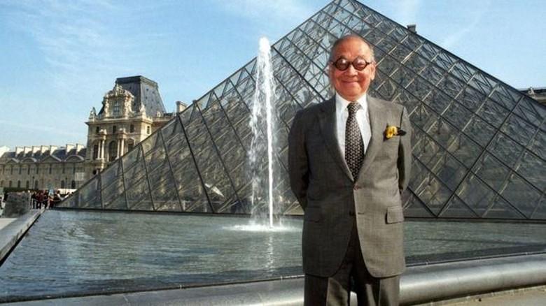 I M Pei di depan landmark karyanya, Piramida Louvre di Paris (AFP)