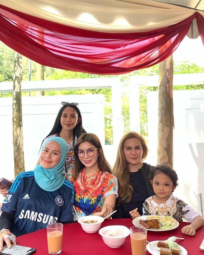 Disela-sela kesibukannya, Nur sering menghabiskan waktu ebrsama teman dan kerabat terdekatnya. Acara makan siang jadi salah satu tempat Nur untuk menghabiskan waktu luangnya. Foto: Instagram @nursajadiah