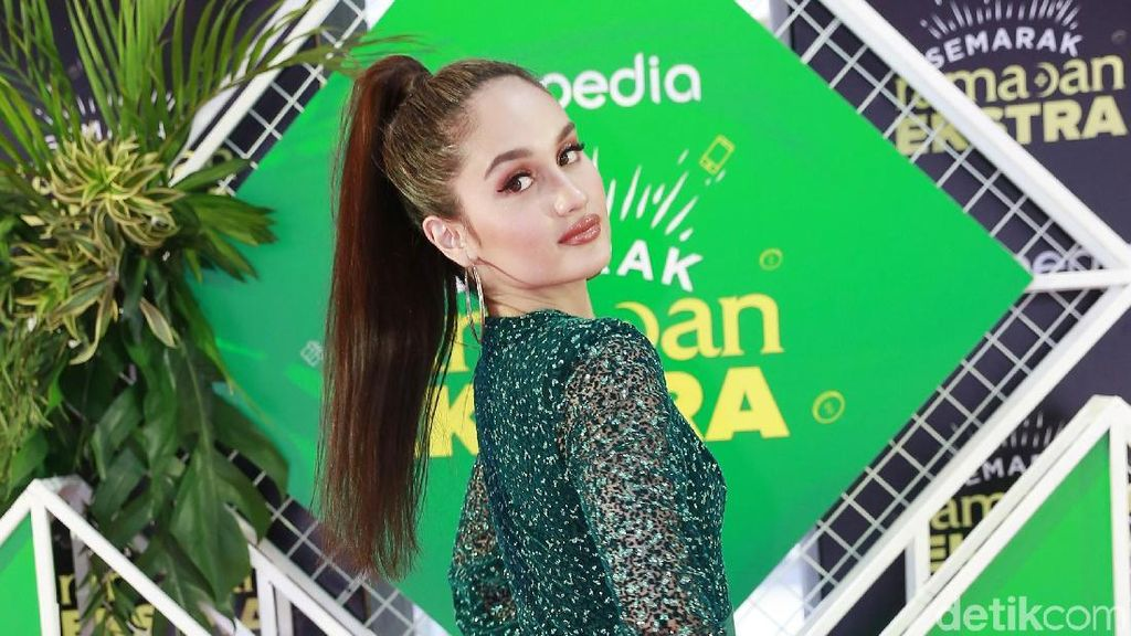 7 Tahun Vakum, Cinta Laura Gandeng Produser Ariana Grande
