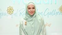 Pesan Inspiratif dari Dewi Sandra untuk Wanita yang Baru Mulai Berhijab