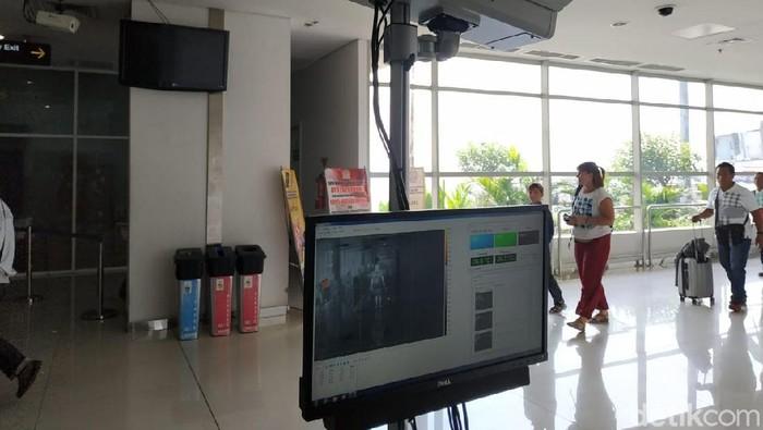 Thermal scanner atau alat pemindai suhu tubuh untuk mencegah masuknya cacar monyet di Bandara Juanda. Foto: Suparno