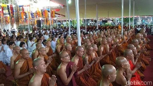 Umat Buddha doa bersama saat api dharma dan air berkah dibawa ke Candi Mendut