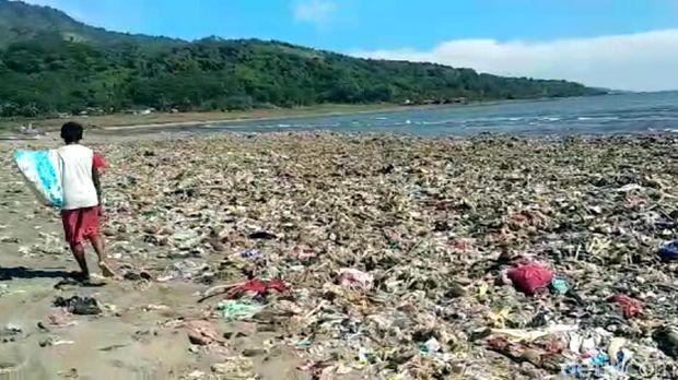 Penampakan Sampah Menumpuk di Pantai Loji Geopark Ciletuh