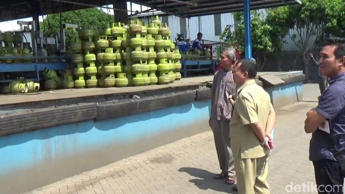 Petugas sedang sidak elpiji 3 kg di Probolinggo/Foto: M Rofiq