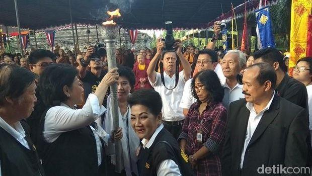 Api dharma dari Mrapen disemayamkan di Candi Mendut