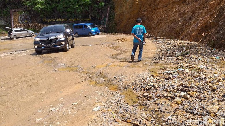 Jalan Lintas di Tapanuli Tengah Rusak Parah dan Rawan Longsor
