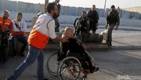 Seorang warga Palestina menuju Masjid Al-Aqsa untuk menjalankan ibadah salat Jumat. Raneen Sawafta/Reuters.