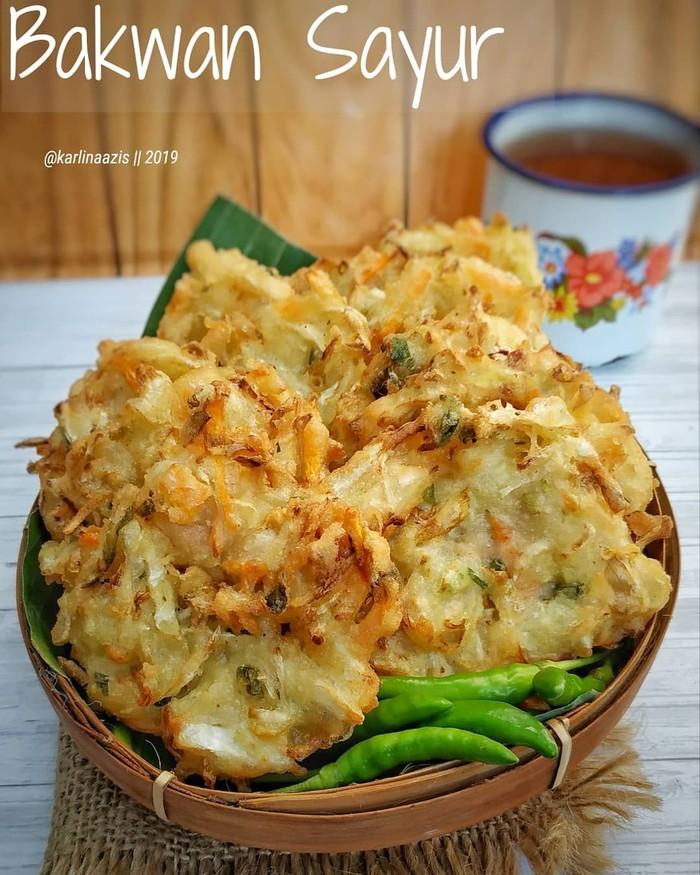 Bakwan sayur dengan paduan irisan kol dan tauge enak dipadu dengan cabai rawit. Nikmati dengan segelas teh manis hangat. Foto: Instagram@karlnaazis