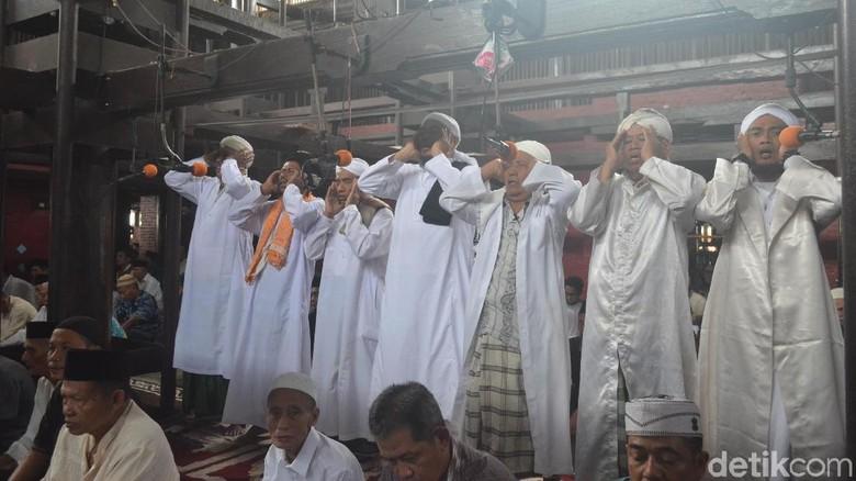 Cerita Tradisi 7 Pria Serempak Azan di Masjid Sang Cipta Rasa