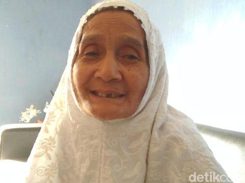 Sosok Handaya merawat lansia/