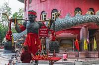 Tak hanya itu, ornamen-ornamen di vihara ini pun penuh dengan naga. Hiasan naga juga terdapat di pintu-pintu masuk dan juga patung-patung naga berukuran kecil dengan bola berwarna-warni di mulutnya. (iStock)