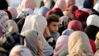 Di salat Jumat kedua di bulan suci Ramadhan ini warga Palestina berkumpul untuk dapat beribadah di area sekitar Masjid Al-Aqsa. Raneen Sawafta/Reuters.