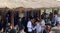 Nekat! Emak Berdaster Tengkurap di Depan Mobil Jokowi yang Melaju
