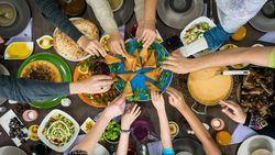 Balas Dendam Makan Saat Buka Puasa, Sehat Nggak Sih?