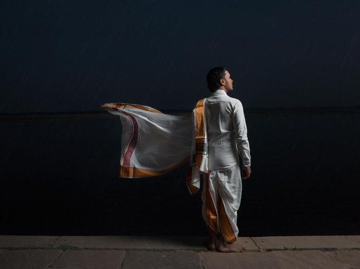 Ilustrasi pria memakai kurta. Foto: Unsplash/Aditya Saxena