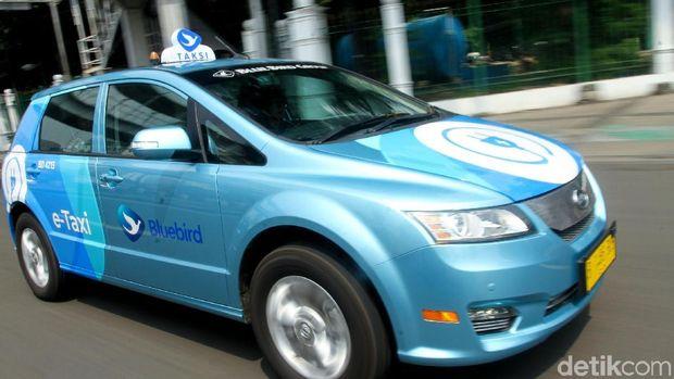 Taksi listrik bluebird saat melintas di jalan raya Jakarta