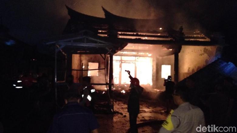 Api yang Membakar Kelenteng Tri Dharma Sumbernaga Mulai Padam