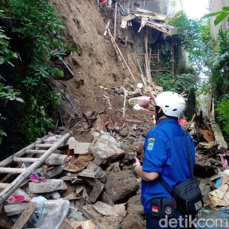 Kakek di Bandung Tewas Tertimbun Tanah Longsor