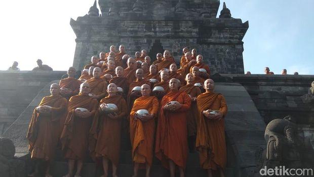 Para Bhikkhu melaksanakan Pindapata di Candi Mendut