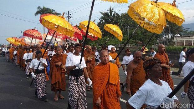 Arak-arakan Api Dharma dan Air Berkah dari Candi Mendut ke Candi Borobudur.