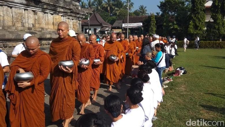 Rangkaian Waisak, Para Bhikkhu Laksanakan Pindapata di Candi Mendut