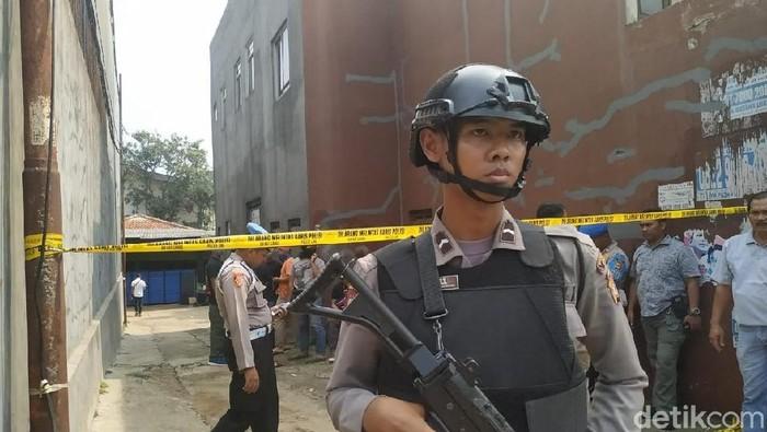 Polisi berjaga ketat di gang rumah terduga teroris Endang alias Abu Rafi alias Pak Jenggot di Bogor, Jawa Barat. (Audrey/detikcom)