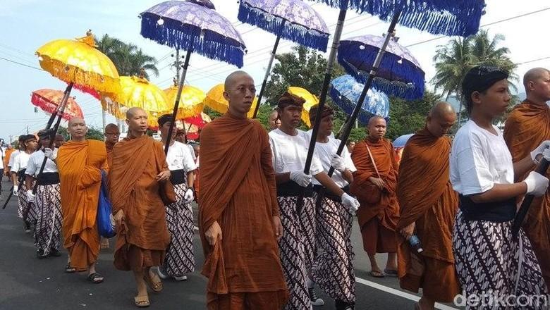 Meriahnya Arak-arakan Api Dharma dari Candi Mendut ke Borobudur