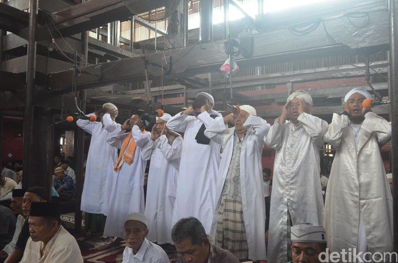 Nah, di Masjid Agung Sang Cipta Rasa ada tradisi unik yakni azan pitu alias azan tujuh saat salat jumat. (Sudirman Wamad/detikcom)