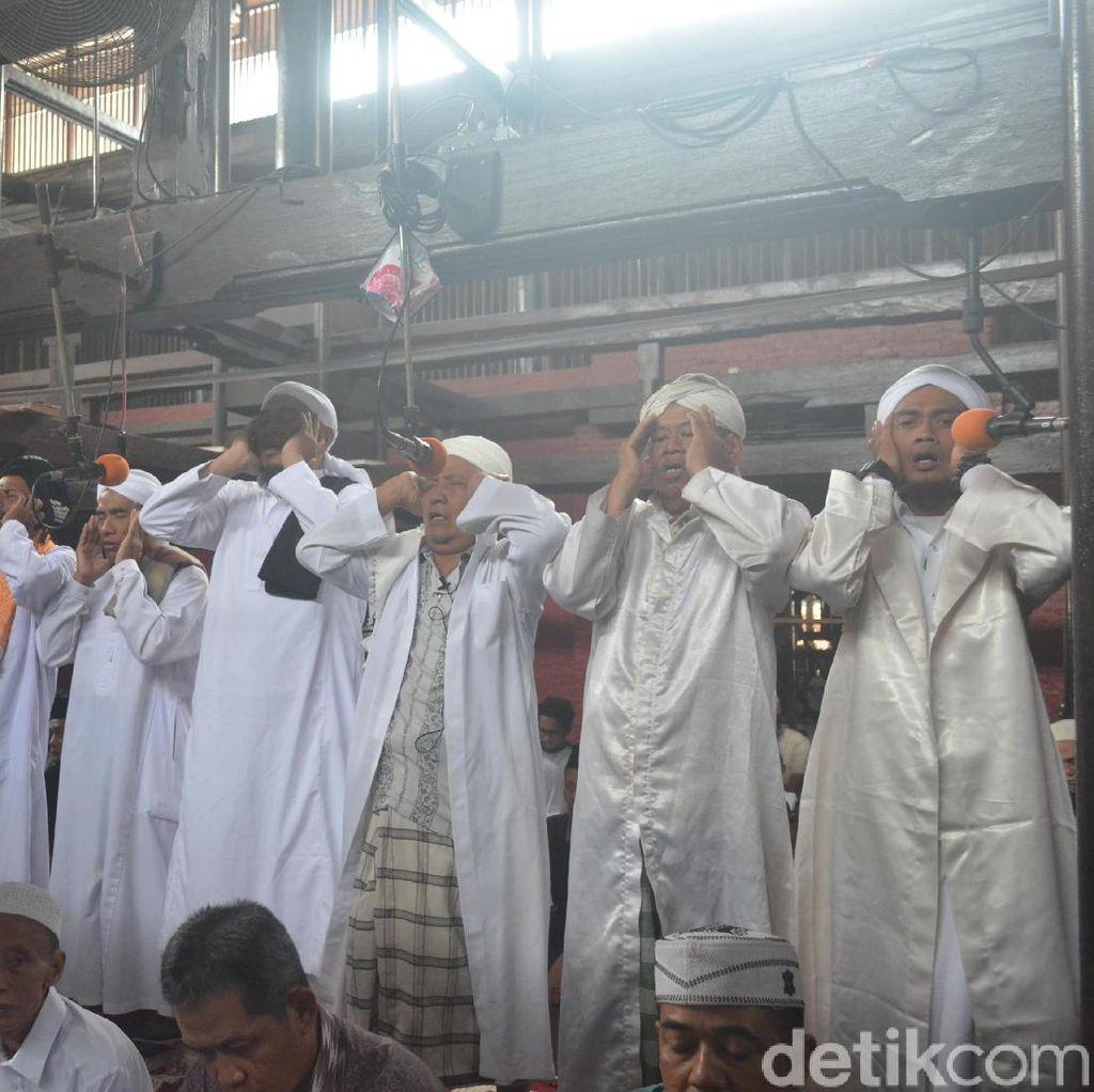 Foto: 1 Masjid, 7 Muazin yang Azan