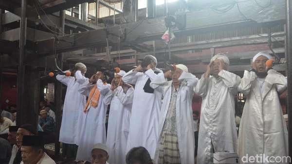 Masjid Ini Kumandangkan Azan dengan 7 Muazin