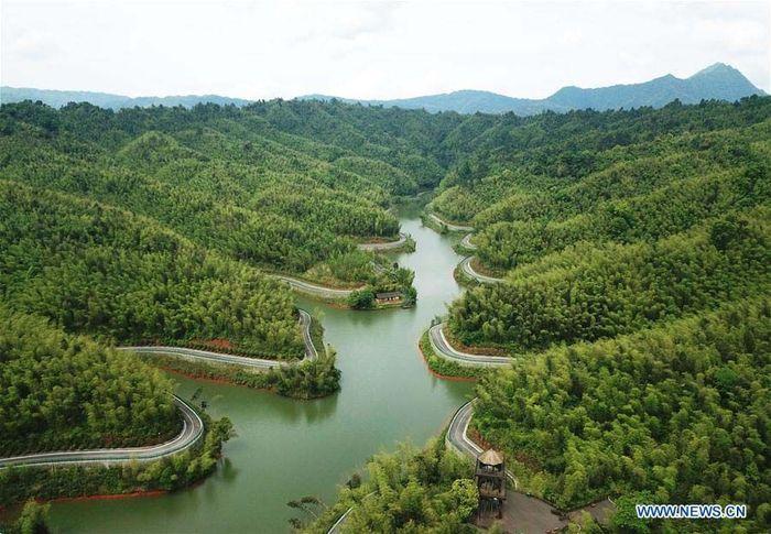 Jalan-jalan di pegunungan yang ditingkatkan kondisinya dibangun oleh pemerintah untuk membantu penduduk setempat. Istimewa/Xinhuanet/Yang Wenbin.