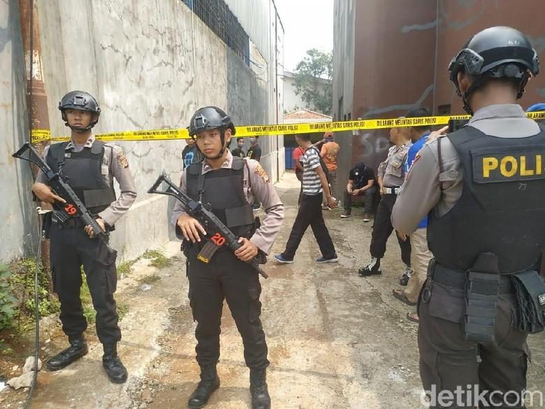 Polisi Olah TKP di Rumah Terduga Teroris Di Bogor, Warga Diminta Menjauh