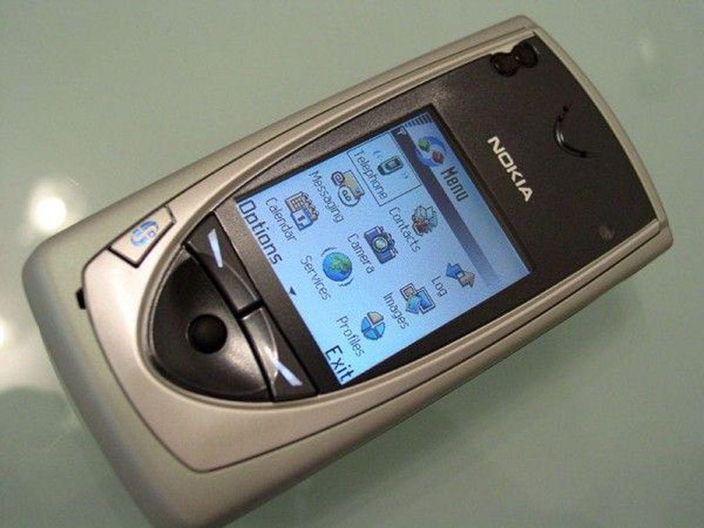 Wujud Nokia 7650 yang ikonik. Ia diluncurkan Nokia dan tersedai di pasaran pada Juni 2002 dan termasuk ponsel high end. Foto: istimewa